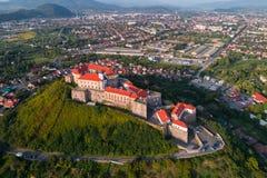 Vista aerea del castello di Palanok, situata su una collina in Mukacheve, l'Ucraina Fotografie Stock