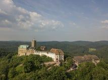 Vista aerea del castello di Wartburg vicino alla città di Eisenach fotografie stock libere da diritti