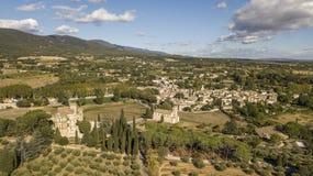Vista aerea del castello e del villaggio di Lourmarin in Francia sudorientale Immagine Stock Libera da Diritti