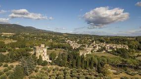 Vista aerea del castello e del villaggio di Lourmarin in Francia sudorientale Immagine Stock