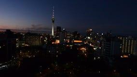 Vista aerea del centro finanziario di Auckland al crepuscolo archivi video