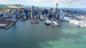 Vista aerea del centro finanziario di Auckland, Nuova Zelanda archivi video