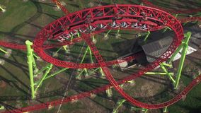 Vista aerea del ciclo sulle montagne russe in parco di divertimenti archivi video