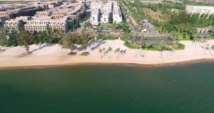 Vista aerea del colpo del fuco delle giovani donne che oscillano alla spiaggia sabbiosa tropicale archivi video