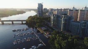 Vista aerea del complesso residenziale del ponte del sottopassaggio e della riva del fiume di riviera, yacht club, Kiev, Ucraina archivi video