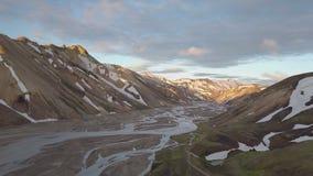 Vista aerea del delta del fiume in montagne dell'Islanda al tramonto archivi video