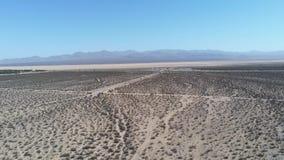 Vista aerea del deserto vicino al sistema di generazione elettrico-solare di Ivanpah archivi video