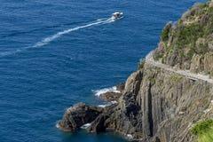Vista aerea del ` famoso via il ` del amore del ` del dell che collega Riomaggiore con Manarola, Cinque Terre, Liguria, Italia fotografia stock libera da diritti