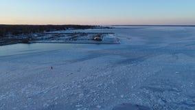 Vista aerea del faro e di Marina Cambridge Maryland congelati del fiume di Choptank video d archivio