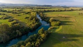 Vista aerea del fiume che piega attraverso i campi al tramonto Fotografia Stock Libera da Diritti
