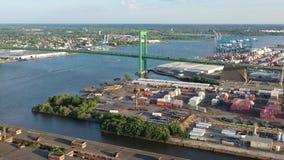 Vista aerea del fiume Delaware vicino a Walt Whitman Bridge Philadelphia - il New Jersey archivi video
