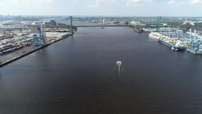 Vista aerea del fiume Delaware vicino a Walt Whitman Bridge Philadelphia - il New Jersey stock footage