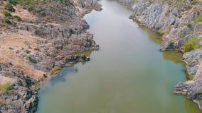 Vista aerea del fiume della montagna archivi video