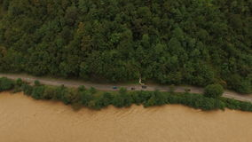 Vista aerea del fiume della montagna con le automobili sulla strada video d archivio