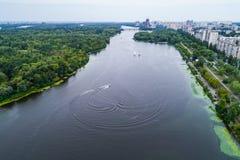 Vista aerea del fiume di Dnieper con un'imbarcazione a motore ad alta velocità che scarica i cerchi dell'acqua Immagine Stock Libera da Diritti