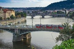 Vista aerea del fiume di Praga con i ponti Immagine Stock