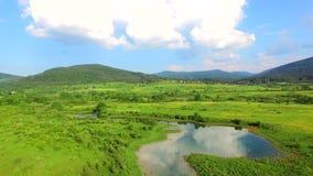 Vista aerea del fiume e di circondare di Jesenica nella regione croata Lika archivi video