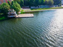 Vista aerea del fiume e del pilastro Due ragazze cantano sul pilastro Trama surreale fotografia stock