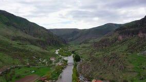 Vista aerea del fiume Kura che scorre fra le montagne georgia video d archivio