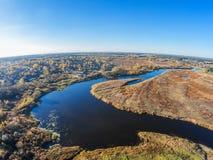 Vista aerea del fiume Mologa e del villaggio di Maksatikha Immagine Stock