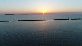 Vista aerea del frangiflutti della pietra al tramonto stock footage