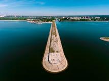 Vista aerea del frangiflutti in mare, talpa, pilastro, sperone Immagine Stock