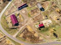 Vista aerea del fuco dell'azienda agricola o del ranch rurale del cavallo Villaggio o campagna con le stalle ed i granai del cava fotografia stock libera da diritti