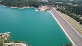 Vista aerea del fuco della diga del lago Montedoglio un lago artificiale L'Italia stock footage