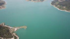 Vista aerea del fuco della diga del lago Montedoglio un lago artificiale L'Italia archivi video