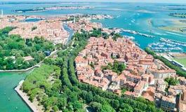 Vista aerea del fuco della laguna veneziana e paesaggio urbano dell'isola di Venezia in mare da sopra, l'Italia fotografia stock libera da diritti