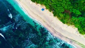 Vista aerea del fuco della linea costiera rocciosa con le onde di schianto del mare e la bella natura video d archivio