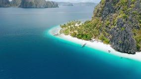 Vista aerea del fuco della spiaggia tropicale di Ipil, isola di Pinagbuyutan, EL Nido, Palawan, Filippine Acqua blu del turchese video d archivio