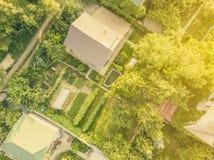 Vista aerea del fuco della villa del cottage di estate da sopra la f immagine stock