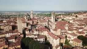 Vista aerea del fuco di Bergamo Abbellisca al centro urbano ed alle sue costruzioni storiche stock footage