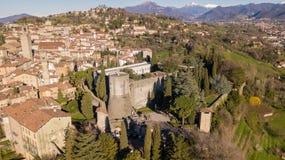 Vista aerea del fuco di Bergamo, Italia Abbellisca sul centro urbano, sulla vecchia fortezza e sulle sue costruzioni storiche Immagine Stock