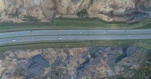 Vista aerea del fuco di guida di veicoli sulla strada principale archivi video