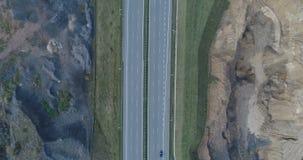 Vista aerea del fuco di guida di veicoli sulla strada principale video d archivio