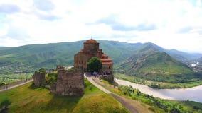 Vista aerea del fuco di Mtskheta, Georgia con la cattedrale di Svetitskhoveli archivi video