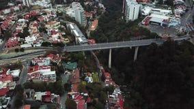 Vista aerea del fuco di nuova zona residenziale della periferia di Città del Messico archivi video