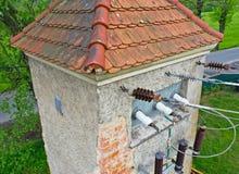 Vista aerea del fuco di prospettiva sulla vecchia torre di potere storica per il trasferimento della energia elettrica attraverso fotografia stock libera da diritti