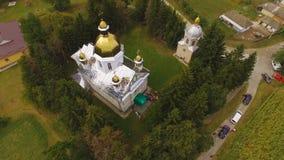 Vista aerea del fuco di una chiesa 4k della campagna archivi video
