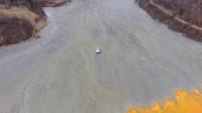 vista aerea del fuco 4k, catastrofe ecologica, chiesa sommersa sotto l'acqua dei rifiuti minerari stock footage