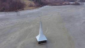 vista aerea del fuco 4k della chiesa sommersa ed abbandonata in mezzo ad un lago contaminato con cianuro video d archivio