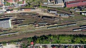 Vista aerea del fuco 4k di vecchio deposito di treno locomotivo, cavalli di ferro di parcheggio sugli itinerari ferroviari video d archivio
