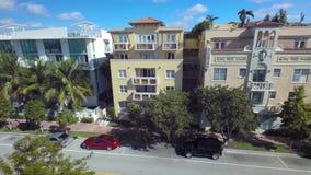 vista aerea del fuco 4k sulle belle case di lusso della villa di estate sul viale di Florida di architettura di Miami Beach il gi stock footage