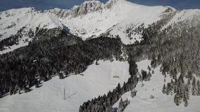 Vista aerea del fuco del legno innevato dopo precipitazioni nevose Alpi italiane video d archivio