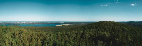 Vista aerea del fuco del picco di montagna con la foresta sulla cima, Russia immagine stock
