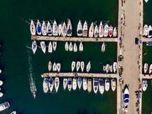 Vista aerea del fuco del porticciolo con le barche a vela e le imbarcazioni a motore messe in bacino in pilastro immagine stock libera da diritti