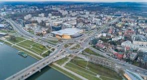 Vista aerea del fuco sulla rotonda e sul ponte sopra il Vistola a Cracovia immagine stock libera da diritti