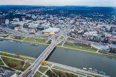 Vista aerea del fuco sulla rotonda e sul ponte sopra il Vistola a Cracovia fotografia stock libera da diritti